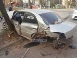 Пьяные ДТП: в Киеве автомобиль врезался в автобусную остановку и деревья